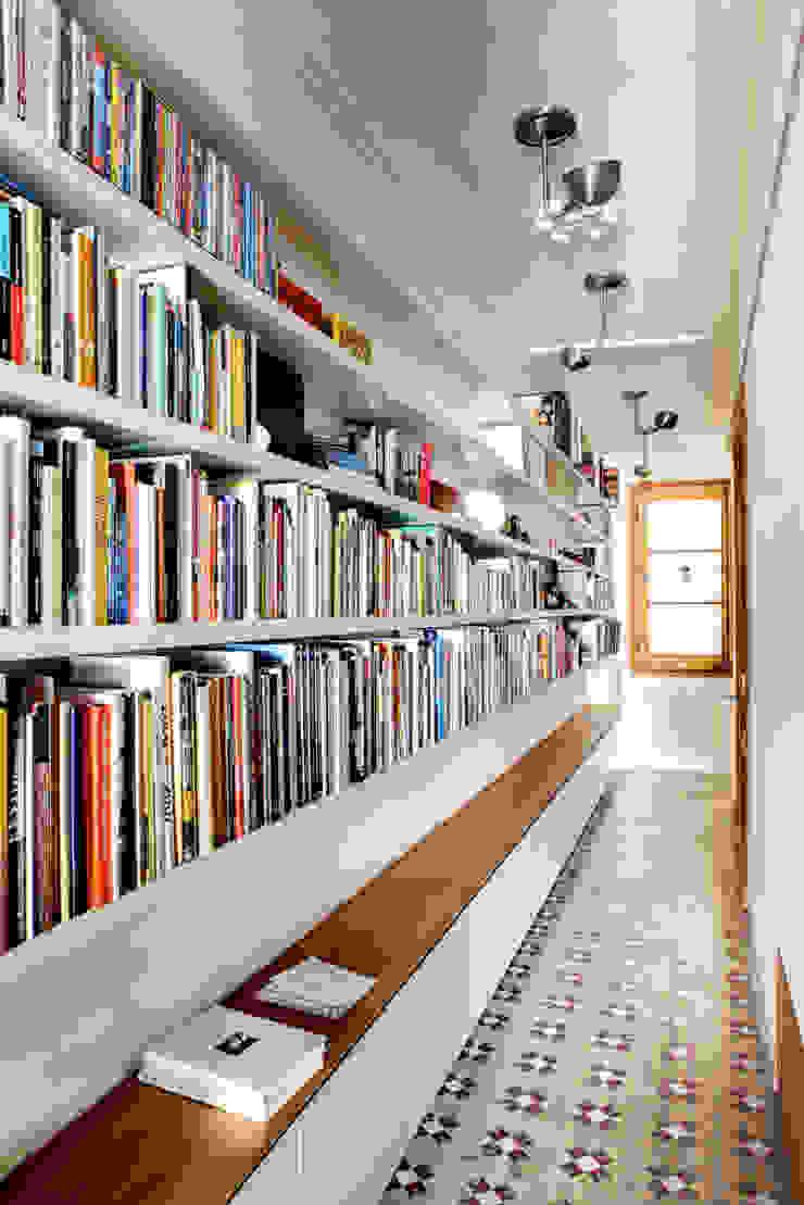Pasillo - Biblioteca Reforma Consell de Cent Pasillos, vestíbulos y escaleras de Anna & Eugeni Bach