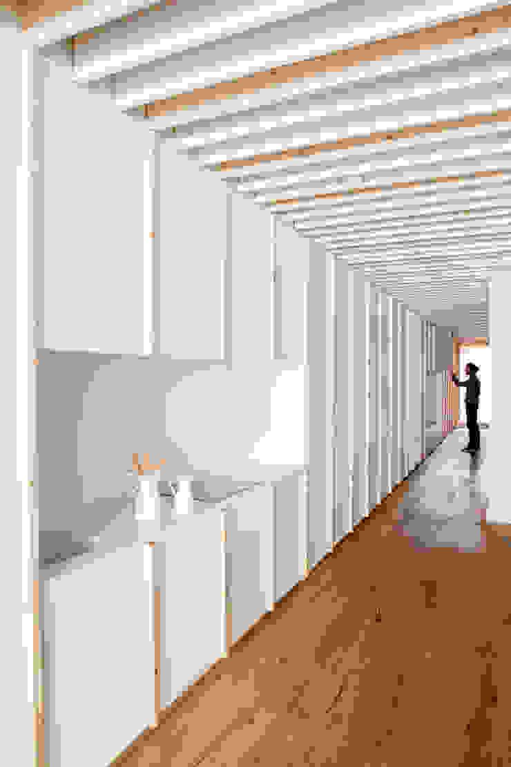 Oak Showroom Oficinas y tiendas de Anna & Eugeni Bach
