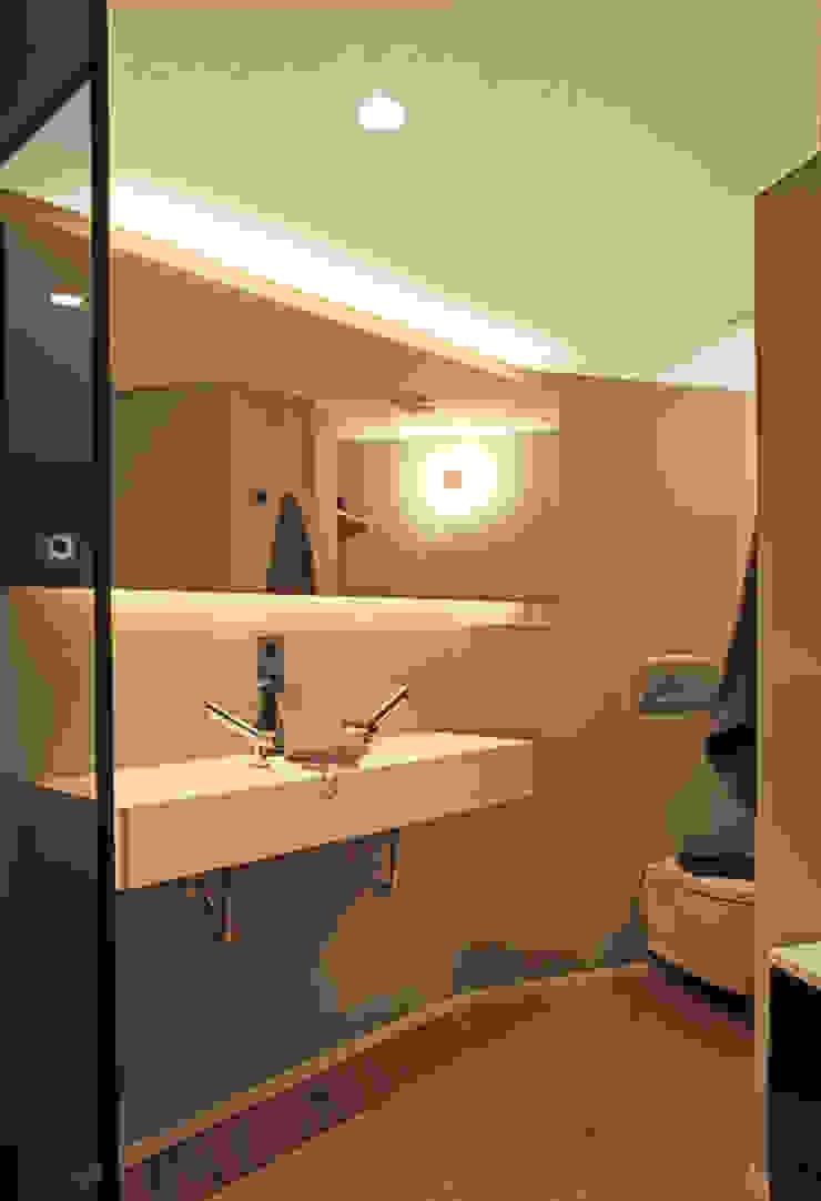 Modern bathroom by The Room Studio Modern