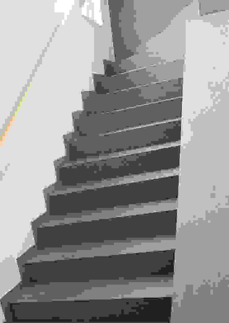 Couloir, entrée, escaliers modernes par Pientka - Faszination Naturstein Moderne
