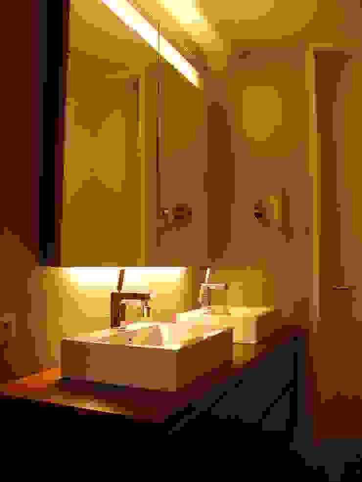 Banheiros modernos por Architekturbüro Ferdinand Weber Moderno
