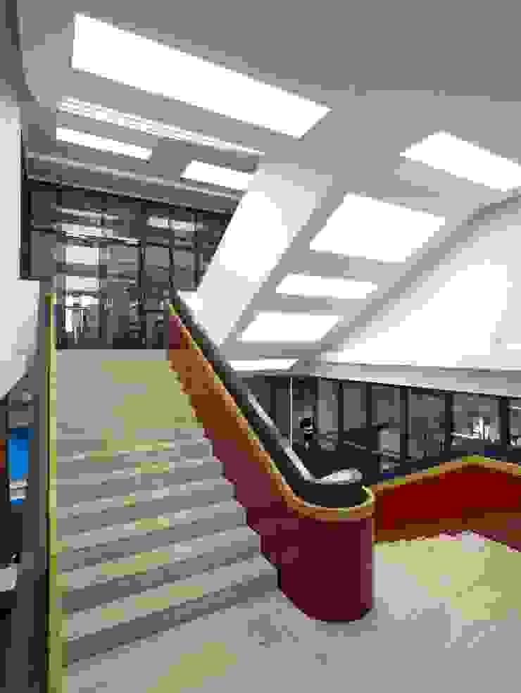 zentral Moderne Bürogebäude von Tim Pohl Modern