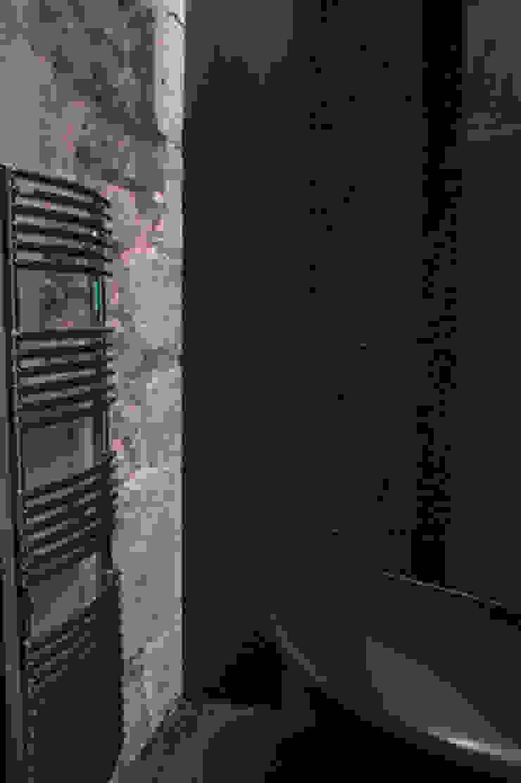 Pierre naturelle et carrelage noir en salle de bains par Philippe Ponceblanc Architecte d'intérieur Moderne