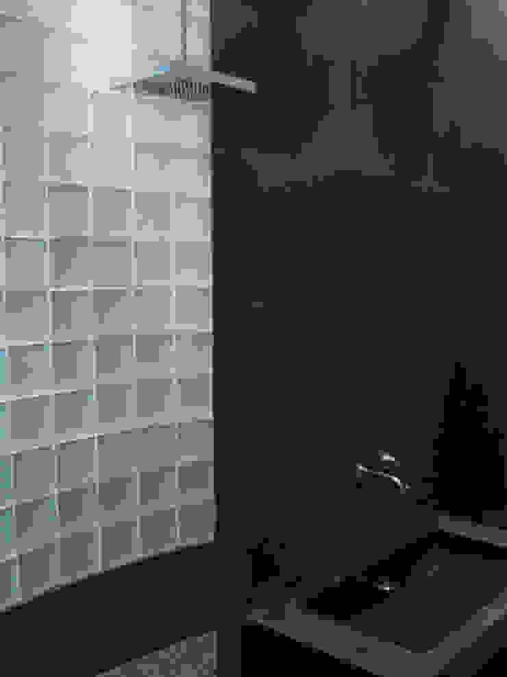 Douche en carreaux de verre et carrelage noir par Philippe Ponceblanc Architecte d'intérieur Moderne