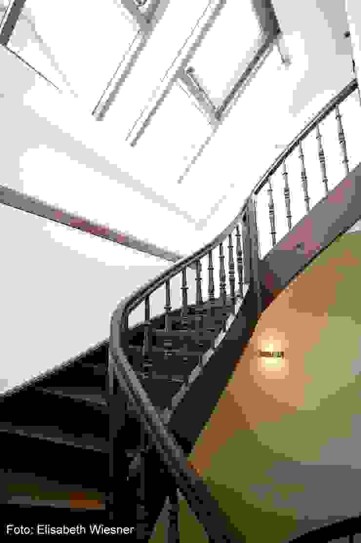 現代風玄關、走廊與階梯 根據 Architekturbüro Ferdinand Weber 現代風