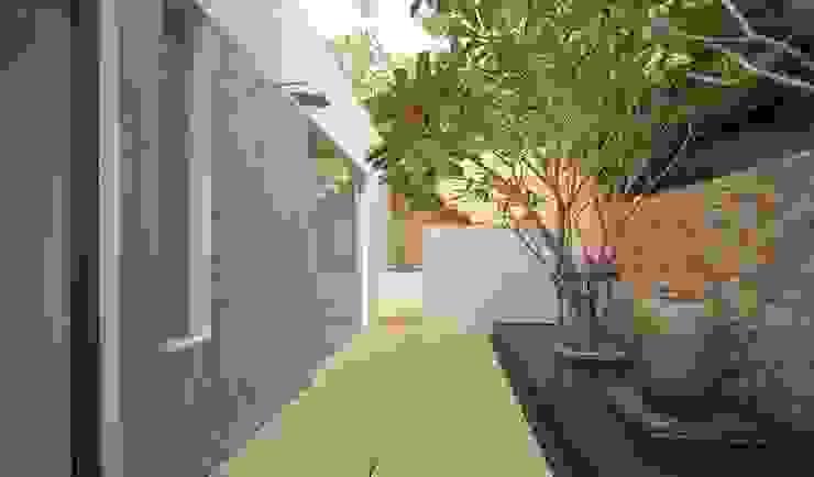 Courtyard Asian style balcony, veranda & terrace by homify Asian