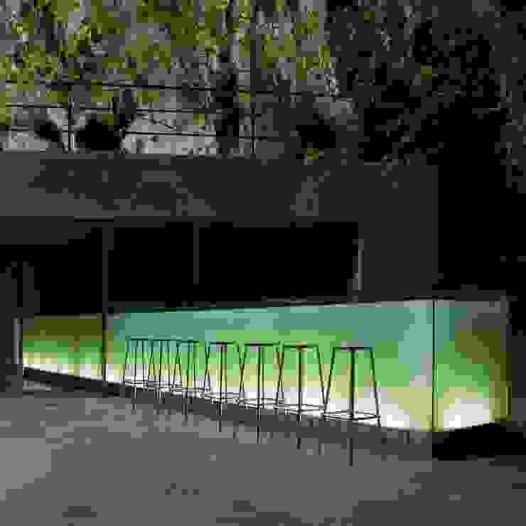 Bar en las cuevas de Porto Cristo. Mallorca. Balcones y terrazas de estilo moderno de A2arquitectos Moderno