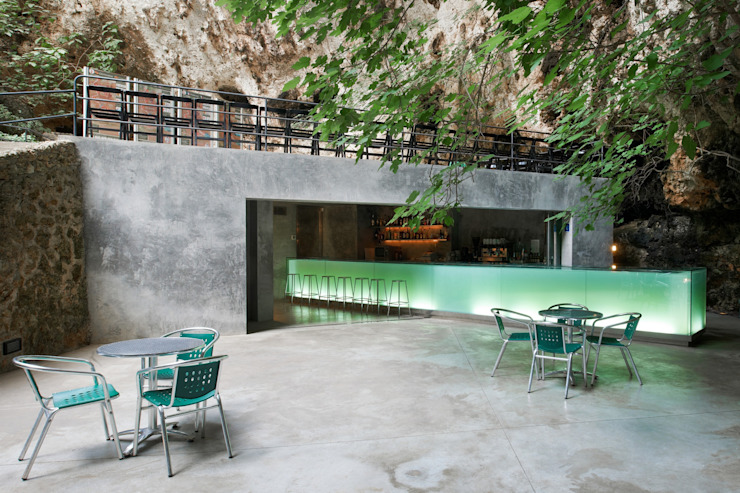 Bar in the Caves of Porto Cristo A2arquitectos Balkon, Beranda & Teras Modern