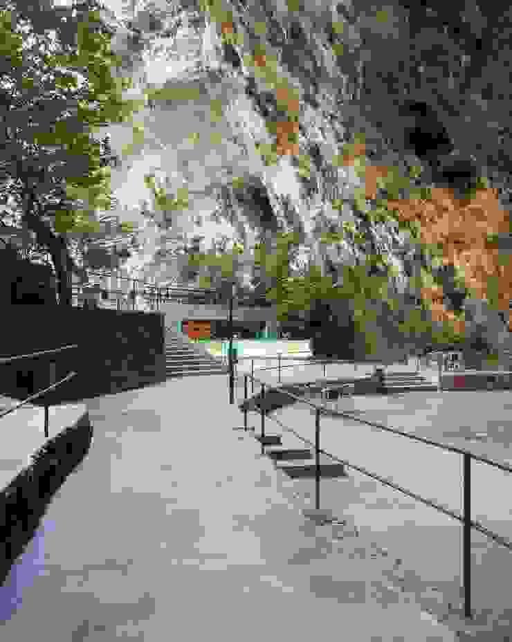 Bar in the Caves of Porto Cristo A2arquitectos Balcon, Veranda & Terrasse modernes