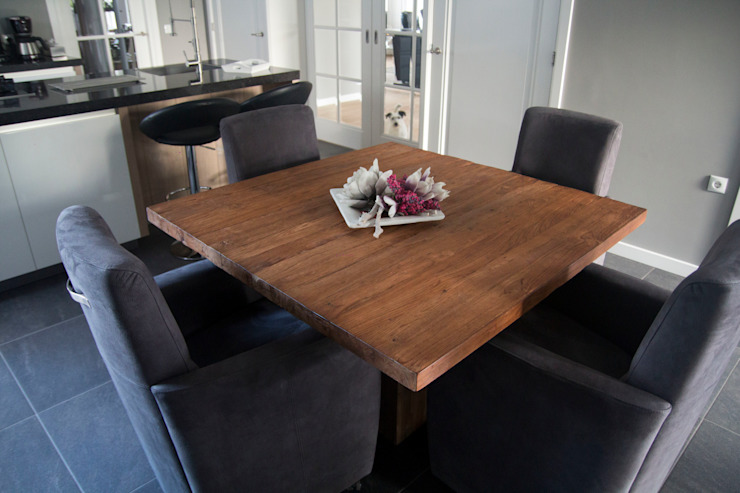 Teakhouten tafel met comfortabele stoelen:  Keuken door Teak & Wood,