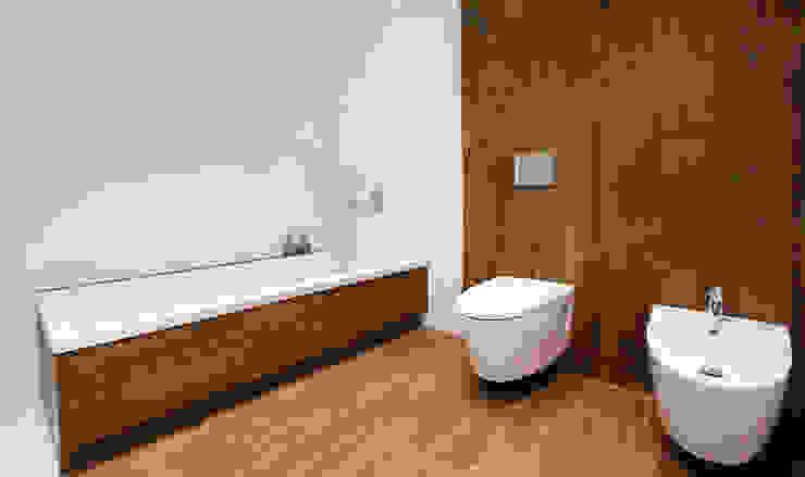 Baño con revestimiento de porcelánico efecto madera - Diseño Chiralt Arquitectos -Casa Gerard : Baños de estilo  de Chiralt Arquitectos , Minimalista