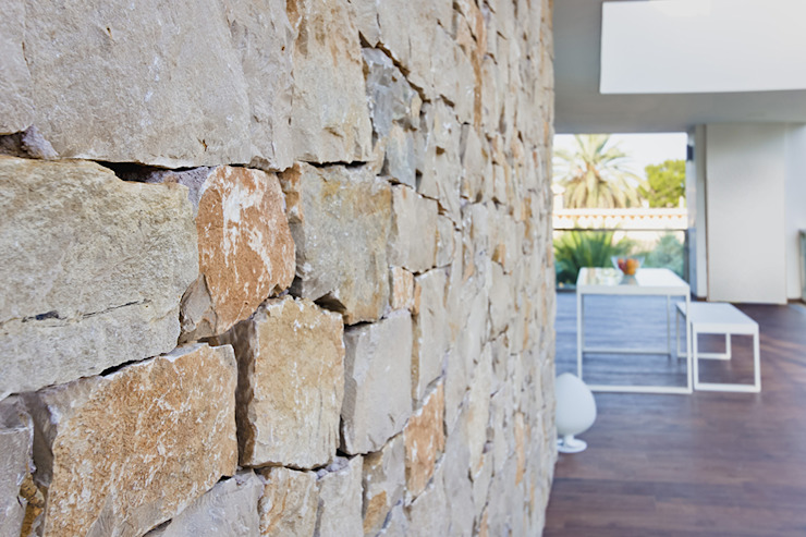 Muro exterior de piedra natural - Casa Gerard - Chiralt Arquitectos Paredes y pisos de estilo rústico de Chiralt Arquitectos Rústico
