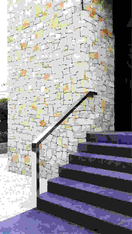 Chiralt Arquitectos Modern corridor, hallway & stairs