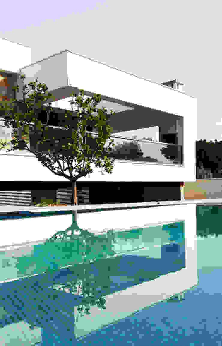 Chiralt Arquitectos Minimalist pool