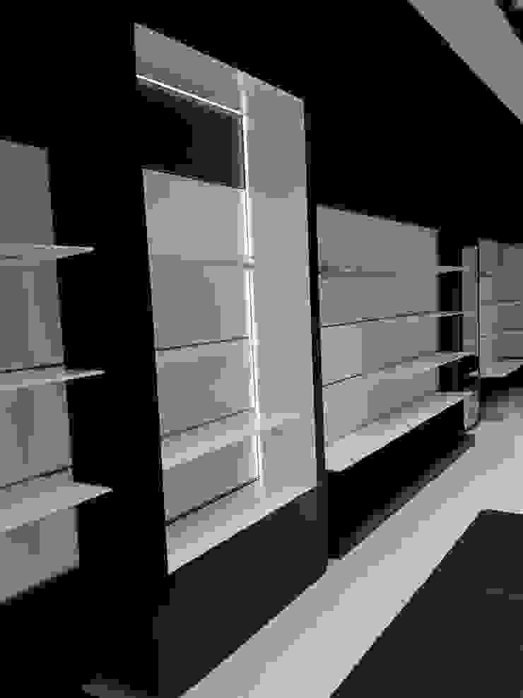 Licencias, coordinación y Ejecución de integral de zapatería franquicia Geox Respira Oficinas y tiendas de estilo moderno de AG INTERIORISMO Moderno