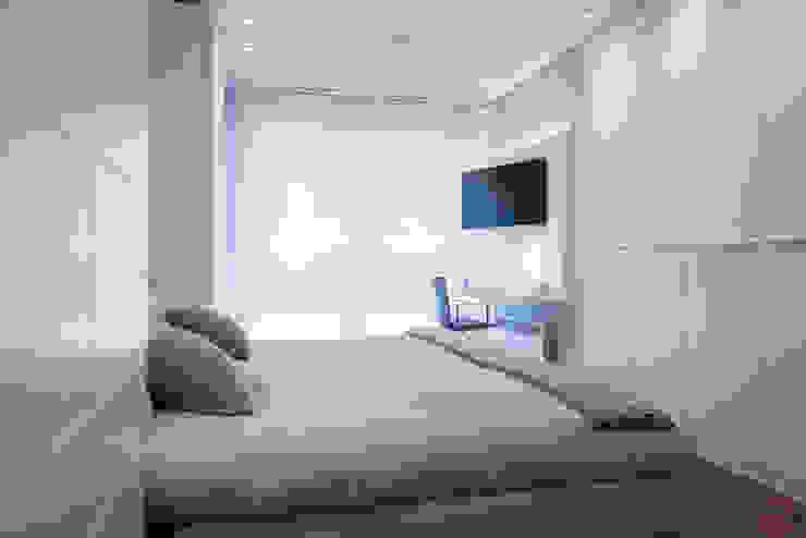 Minimalistyczna sypialnia od Urbana Interiorismo Minimalistyczny