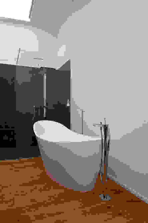 Baños de estilo minimalista de vollmilch. Das Architekturbüro. Minimalista