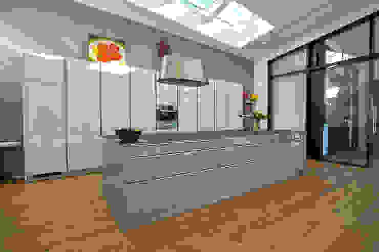 Modern kitchen by vollmilch. Das Architekturbüro. Modern