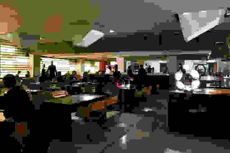 RocaMOO y RocaBAR Gastronomía de estilo moderno de Sandra Tarruella Interioristas Moderno