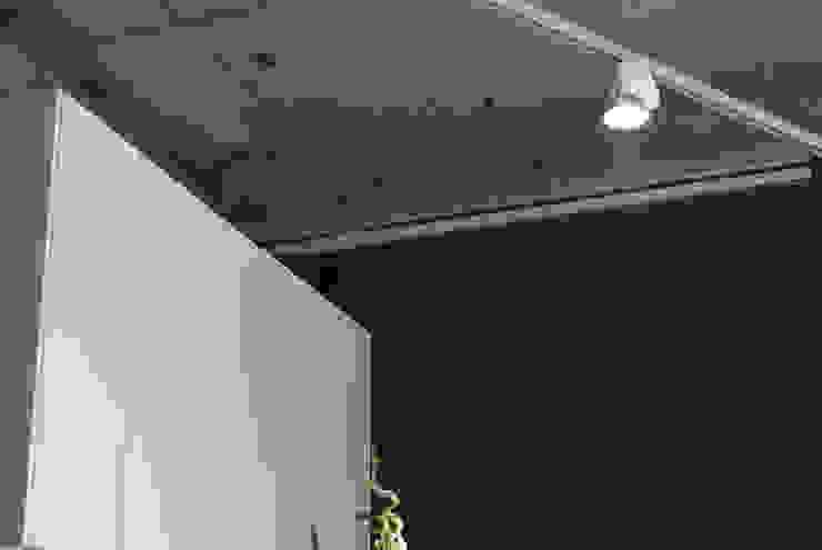 Decke mit neuem Beleuchtungskonzept: industriell  von hysenbergh GmbH | Raumkonzepte Duesseldorf,Industrial