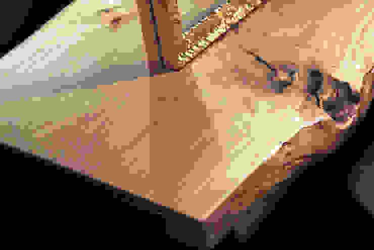 Detailaufnahme der Holzplatte: industriell  von hysenbergh GmbH | Raumkonzepte Duesseldorf,Industrial