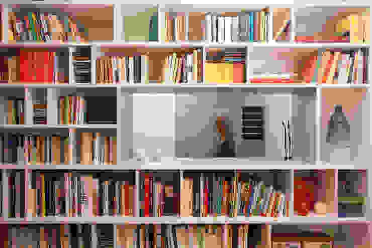 Soggiorno moderno di büro für interior design Moderno