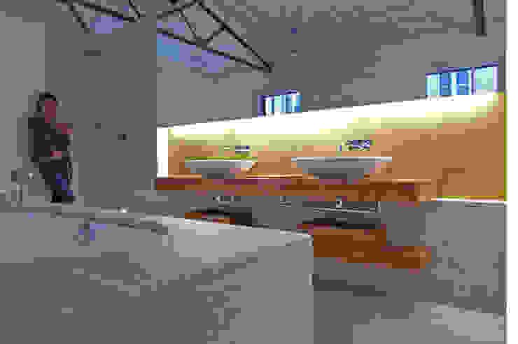 Bagno in stile industriale di büro für interior design Industrial