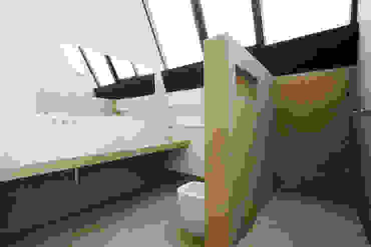 Salle de bain industrielle par roberto murgia architetto Industriel