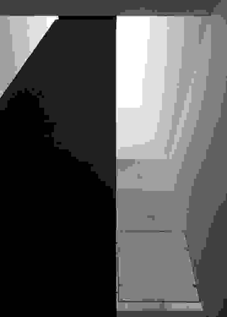 Vista dei lucernari del vano scala Negozi & Locali commerciali moderni di Giorgio Pettenò Architetti Moderno