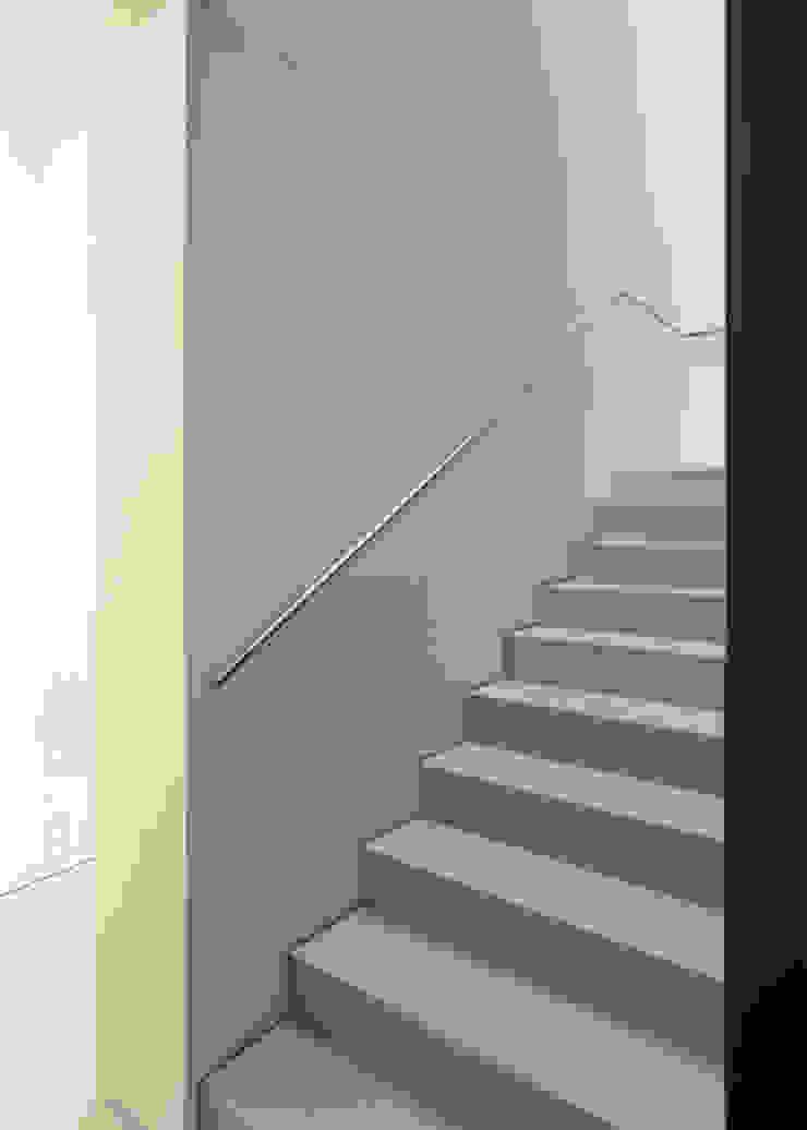 Vista della scala di collegamento con il piano primo Negozi & Locali commerciali moderni di Giorgio Pettenò Architetti Moderno