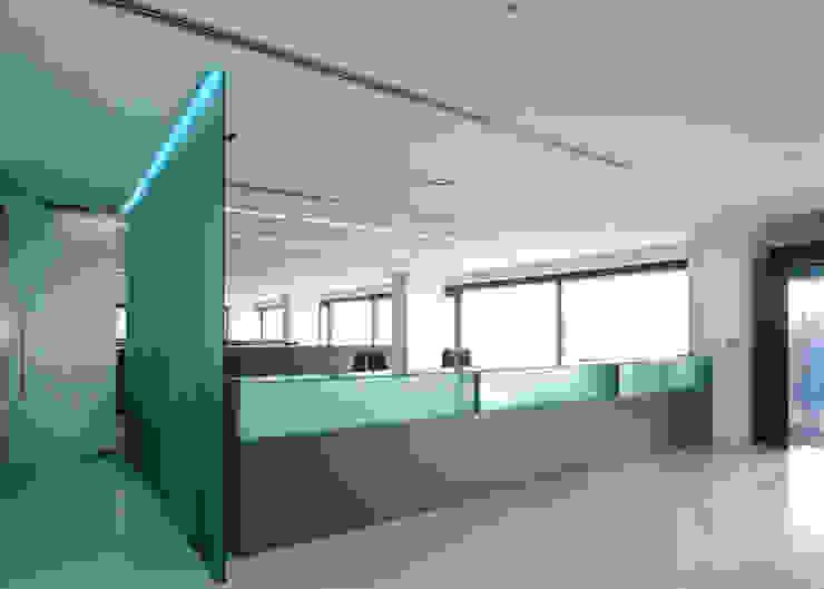 Vista della reception al piano terra Negozi & Locali commerciali moderni di Giorgio Pettenò Architetti Moderno