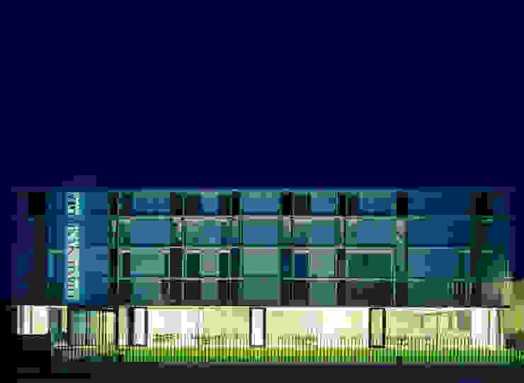 Vista del fronte principale Negozi & Locali commerciali moderni di Giorgio Pettenò Architetti Moderno