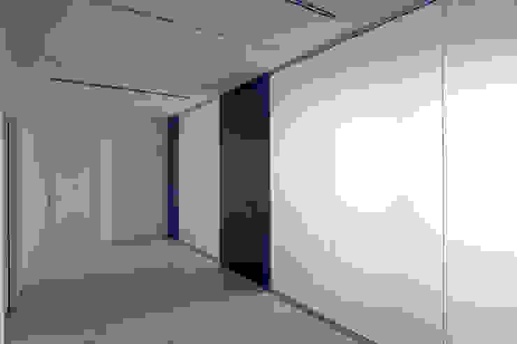 Area distributiva al piano primo Negozi & Locali commerciali moderni di Giorgio Pettenò Architetti Moderno