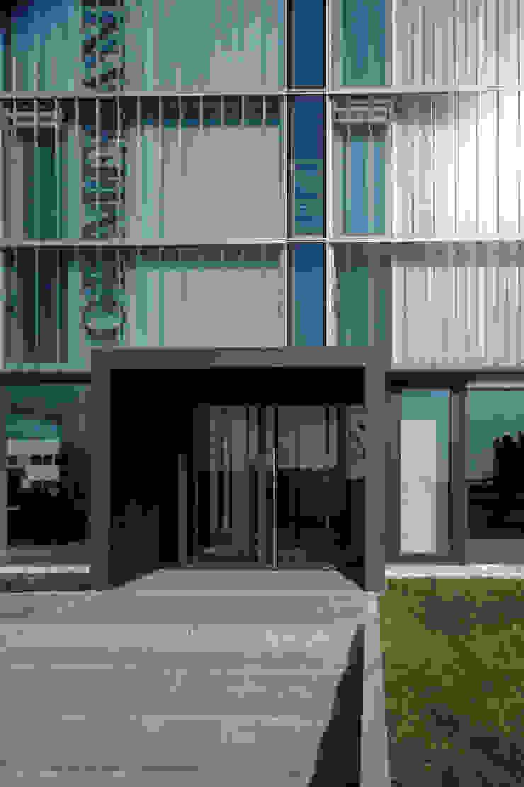 Particolare dell'ingresso principale Negozi & Locali commerciali moderni di Giorgio Pettenò Architetti Moderno