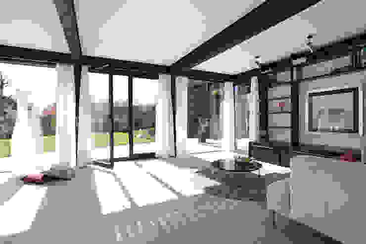 现代客厅設計點子、靈感 & 圖片 根據 DAVINCI HAUS GmbH & Co. KG 現代風
