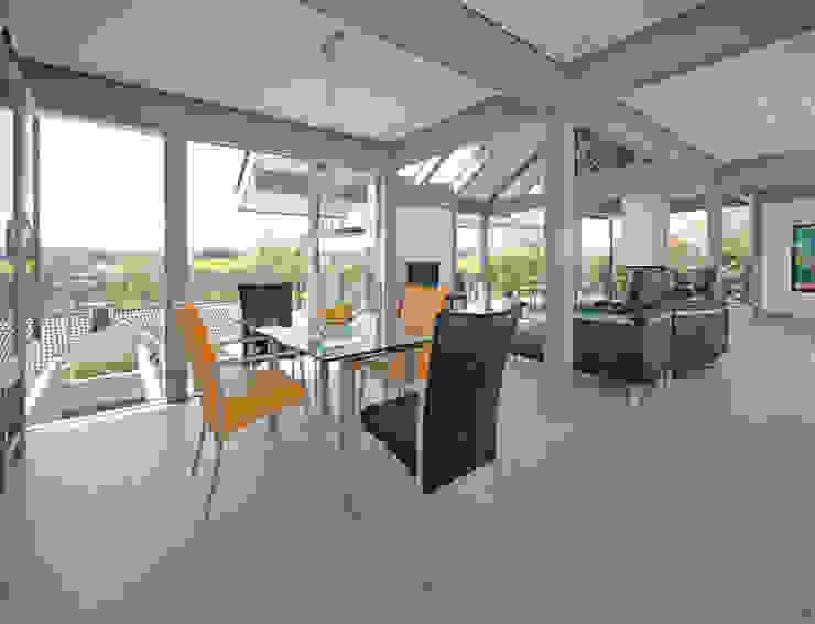 Столовая комната в стиле модерн от DAVINCI HAUS GmbH & Co. KG Модерн