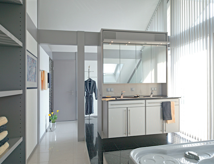 Ванная комната в стиле модерн от DAVINCI HAUS GmbH & Co. KG Модерн