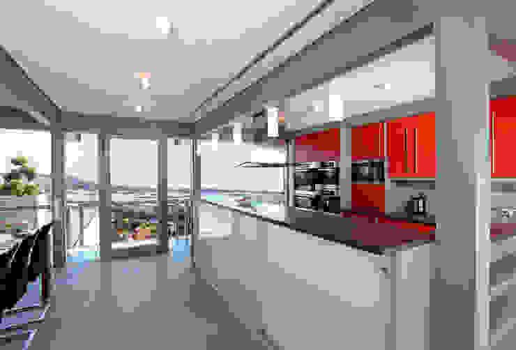 Modern kitchen by DAVINCI HAUS GmbH & Co. KG Modern