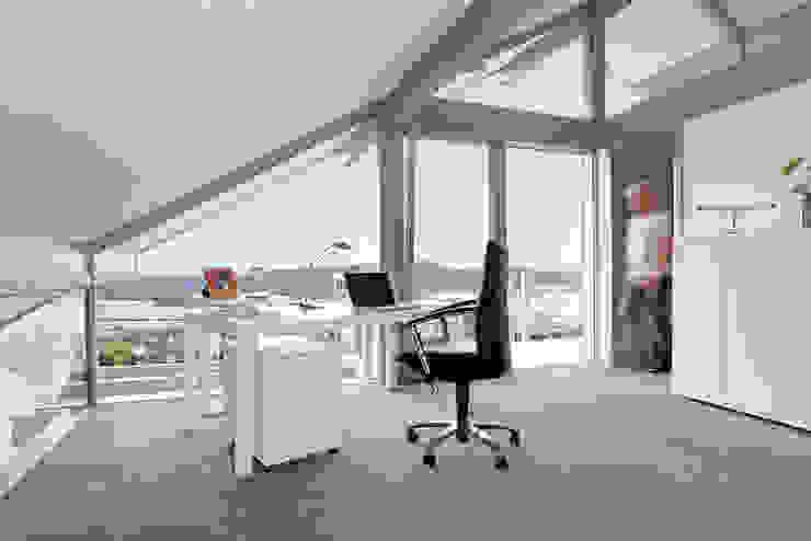 Satteldachhaus in Hannover Moderne Arbeitszimmer von DAVINCI HAUS GmbH & Co. KG Modern