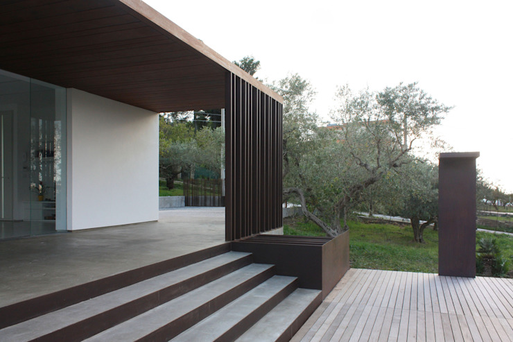 VILLA B&D Balcones y terrazas de estilo minimalista de COTTONE+INDELICATO ARCHITETTI Minimalista