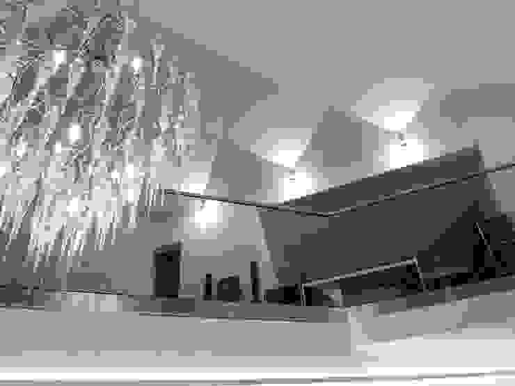 Penthouse in Saarbrücken Moderner Flur, Diele & Treppenhaus von Bolz Licht und Wohnen · 1946 Modern