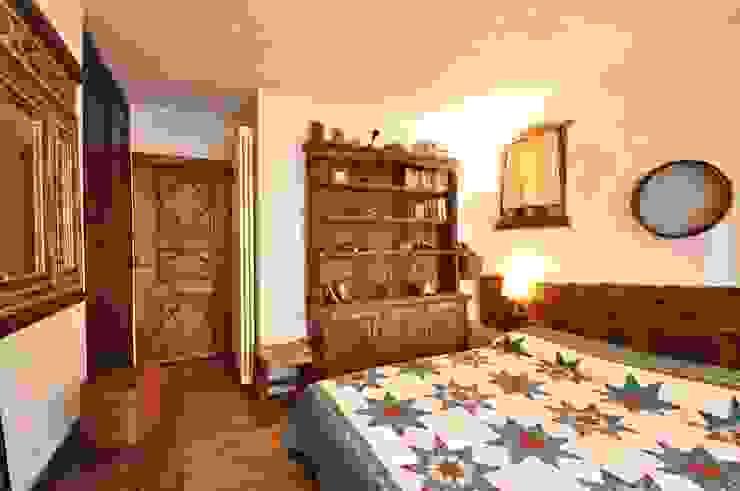 CAMERA DA LETTO MATRIMONIALE CON BAGNO Camera da letto in stile rustico di homify Rustico