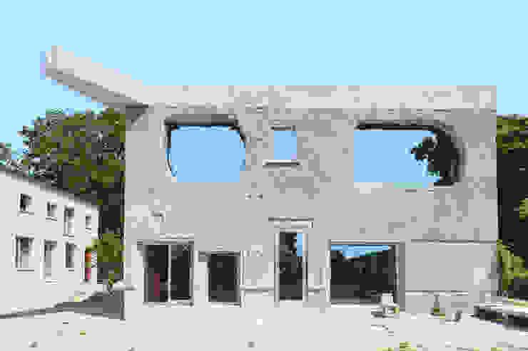 Antivilla in Krampnitz / Potsdam: modern  von REUBER HENNING,Modern