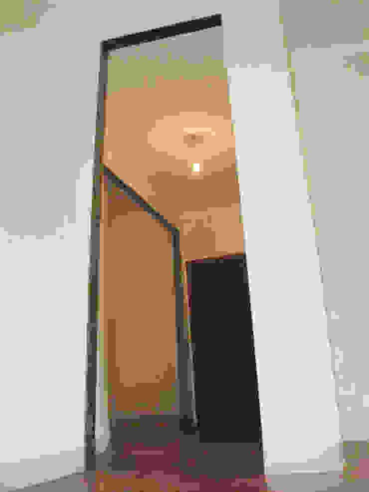 Ristrutturazione appartamento a Bergamo Ingresso, Corridoio & Scale in stile moderno di ARKHISTUDIO Moderno