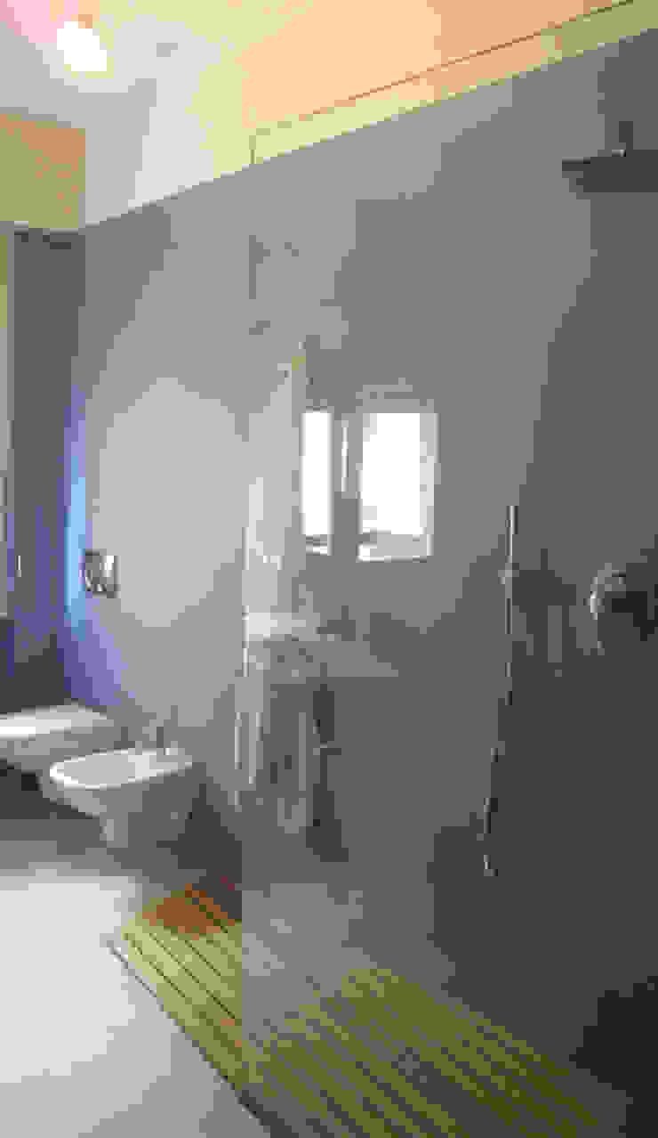 Ristrutturazione appartamento a Bergamo Bagno moderno di ARKHISTUDIO Moderno