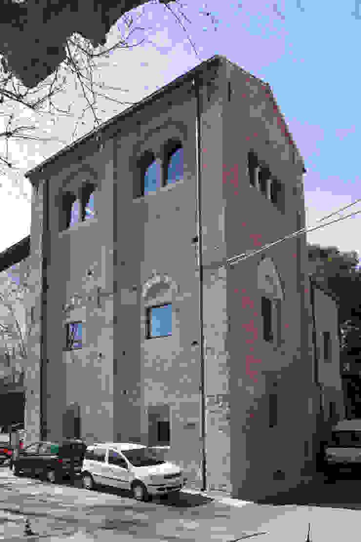 Vista angolare da Piazza Malatesta del campanile dell'ex Cattedrale di Santa Colomba. Cumo Mori Roversi Architetti Case moderne