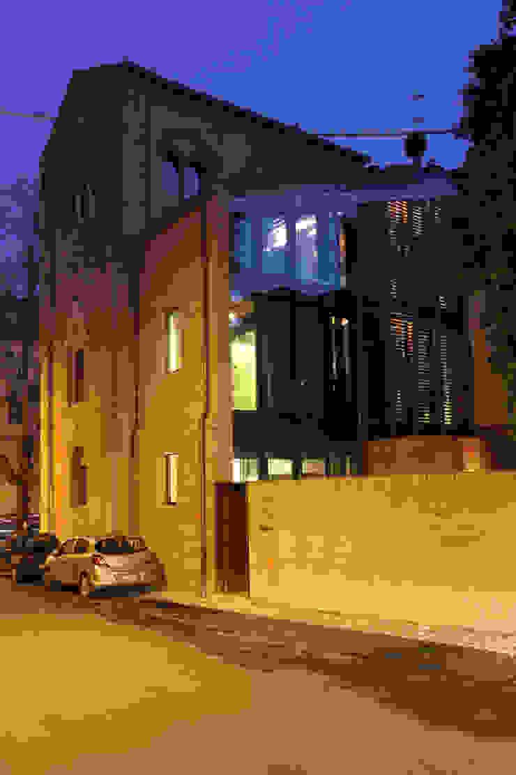 Vista di scorcio del complesso da via di Duccio: in primo piano il nuovo volume costruito sul sedime della sagrestia. Cumo Mori Roversi Architetti Case moderne