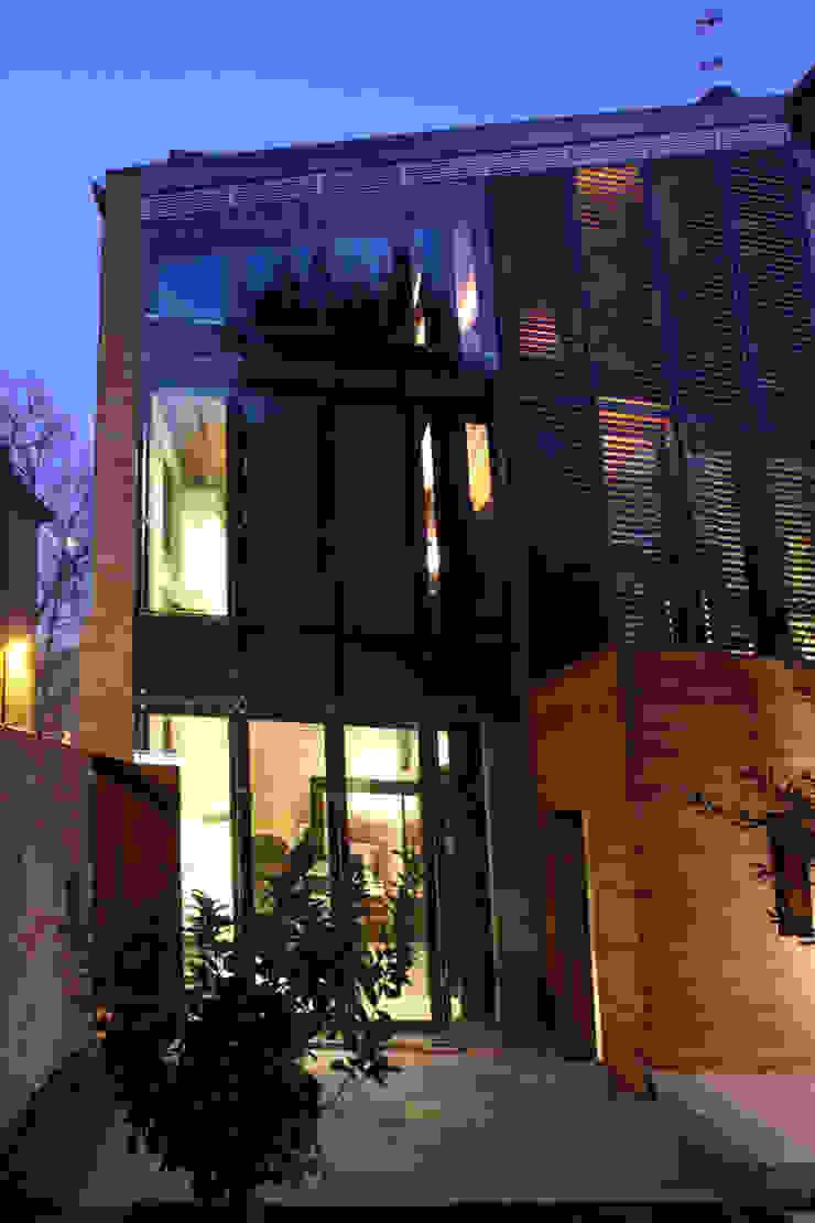 Ala nuova, prospetto sul giardino interno. Cumo Mori Roversi Architetti Case moderne