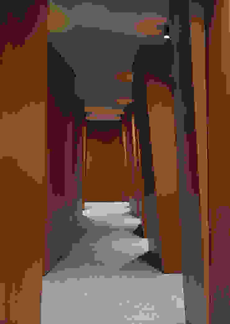 Modern corridor, hallway & stairs by G. Giusto - A. Maggini - D. Pagnano Modern