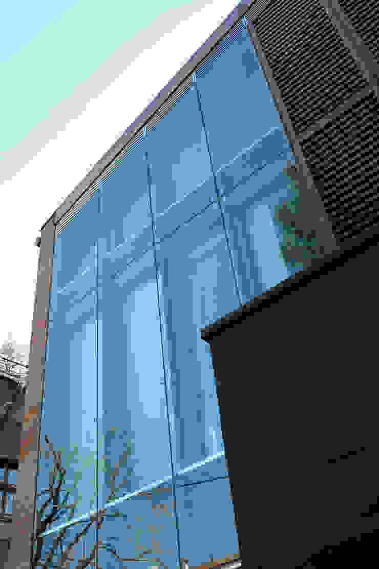 Dettaglio della facciata ventilata in vetro. Cumo Mori Roversi Architetti Case moderne
